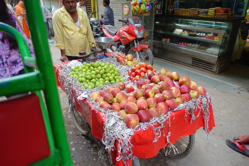 Delhi, India - September 25, 2017: Niet geïdentificeerde mens bij in openlucht van een kar met vruchten, in Paharganj Delhi met m royalty-vrije stock fotografie