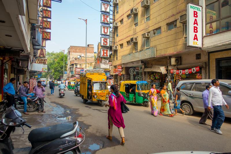 DELHI, INDIA - 19 SETTEMBRE 2017: Mercato di strada indiano occupato a Nuova Delhi, India La popolazione del ` s di Delhi sorpass fotografie stock libere da diritti