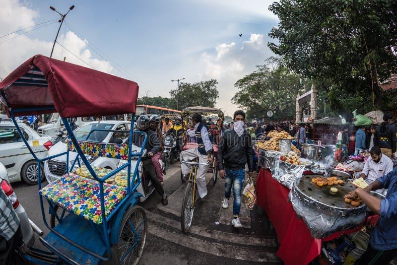 Delhi India, Styczeń, - 27, 2017: Tłoczy się przy Chandni Chowk, jedzenie kramy i ruch drogowy, Stary Delhi, sławny podróży miejs obrazy royalty free