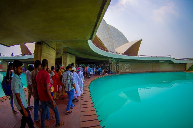 Delhi India, Wrzesień, - 27, 2017: Niezidentyfikowani ludzie wśrodku ogromnej drylującej struktury Lotosowej świątyni blisko, zdjęcia royalty free