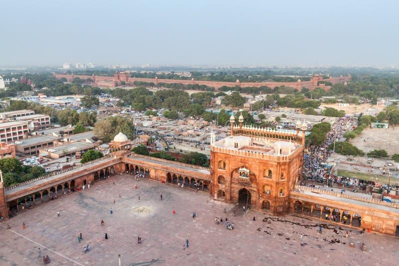 DELHI INDIEN - OKTOBER 22, 2016: Borggård av den Jama Masjid moskén i mitten av Delhi, Indien Rött fort i royaltyfria foton