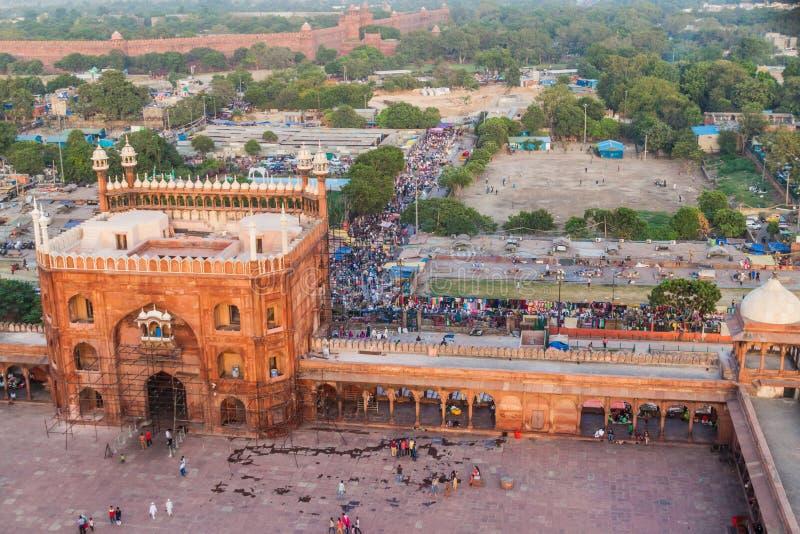 DELHI INDIEN - OKTOBER 22, 2016: Borggård av den Jama Masjid moskén i mitten av Delhi, Indien Rött fort i royaltyfri bild