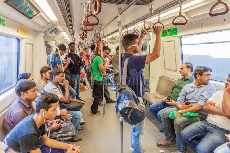 DELHI INDIEN - OKTOBER 22, 2016: Folket rider i den Delhi tunnelbanan, Indi royaltyfri foto