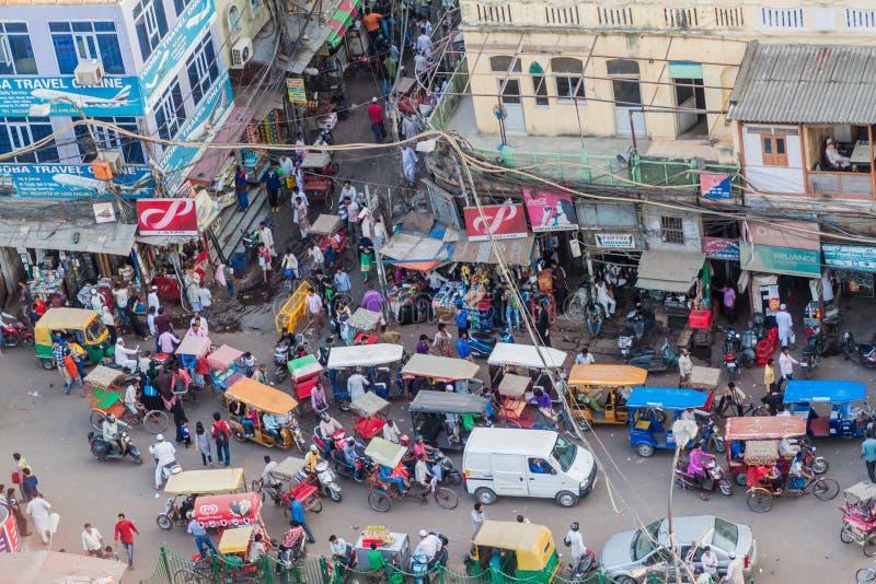 DELHI INDIEN - OKTOBER 22, 2016: Gatatrafik i mitten av Delhi, Indi royaltyfri bild