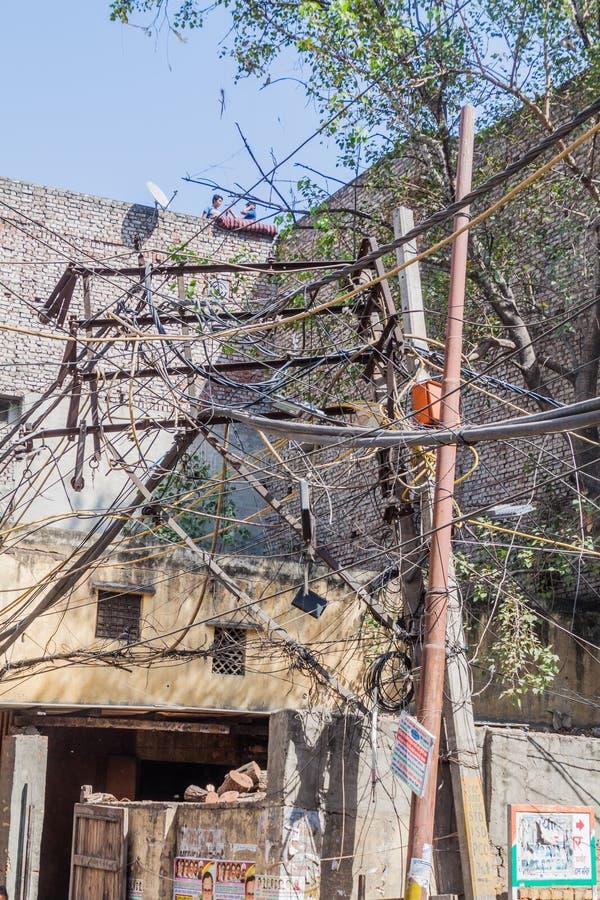 DELHI INDIEN - OKTOBER 22, 2016: Kaotisk röra av elektriska kablar i mitten av Delhi, Ind royaltyfri fotografi