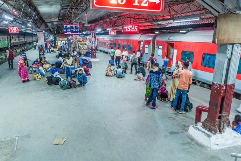 DELHI INDIEN - OKTOBER 24, 2016: Plattform av den New Delhi drevstationen, Indi royaltyfria bilder