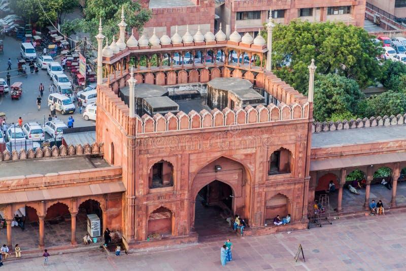 DELHI INDIEN - OKTOBER 22, 2016: Port av den Jama Masjid moskén i mitten av Delhi, Indi royaltyfri bild
