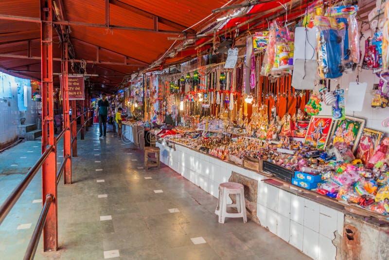 DELHI INDIEN - OKTOBER 24, 2016: Religiös marknad nära den Shri Kalkaji Mandir templet i Delhi, Indi fotografering för bildbyråer