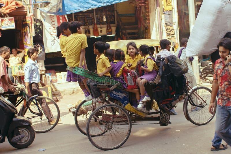 Delhi Indien, oktober 19, 2011: Trishaw drivande barn till skolan royaltyfri fotografi