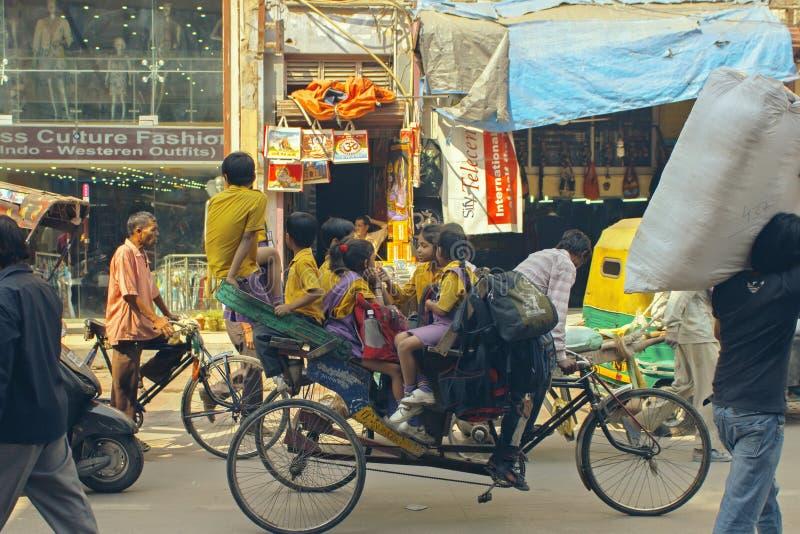 Delhi Indien, oktober 19, 2011: Trishaw drivande barn till skolan royaltyfria foton