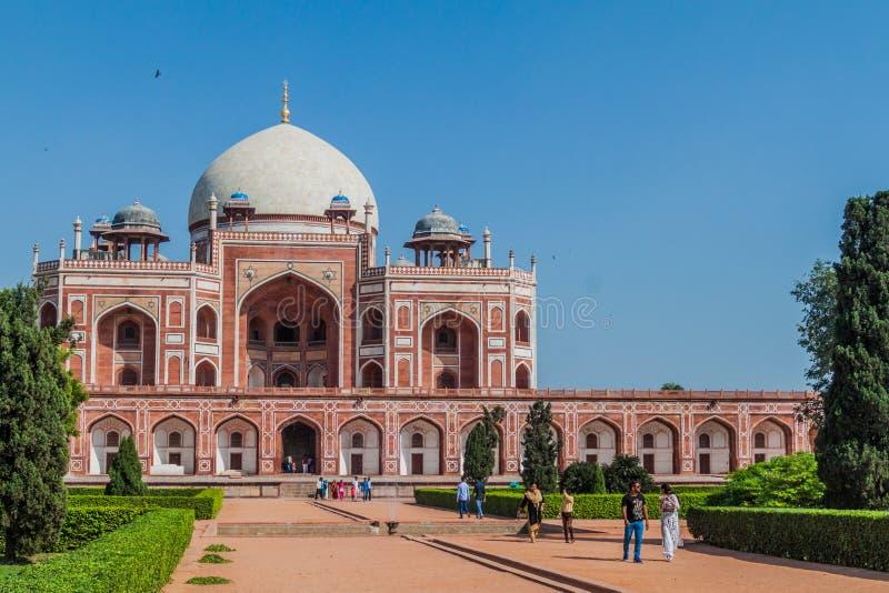 DELHI INDIEN - OKTOBER 24, 2016: Turister besöker den Humayun gravvalvet i Delhi, Indi arkivbilder