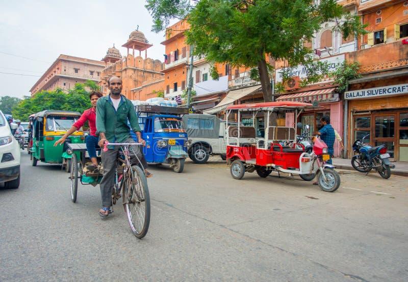 DELHI, INDIEN - 19. SEPTEMBER 2017: Die nicht identifizierten Leute, die in die Straße, paharganj radfahren, dort sind viel touri stockbilder