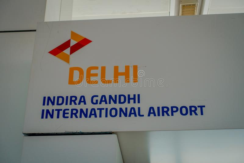 DELHI, INDIEN - 19. SEPTEMBER 2017: Informatives Zeichen von Delhi in Indira Gandhi Internacional Airport von Delhi stockbilder