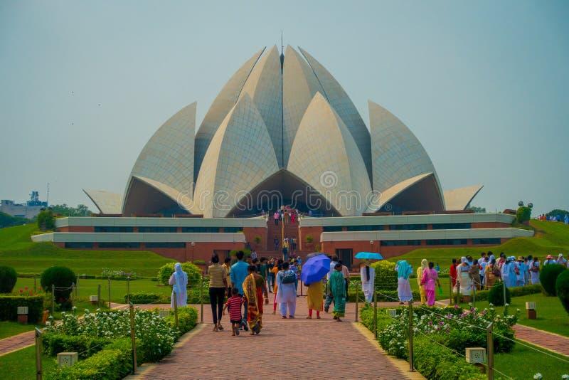 Delhi, Indien - 27. September 2017: Menge von den Leuten, die schöne Lotus Temple, gelegen in Neu-Delhi gehen und genießen stockfoto