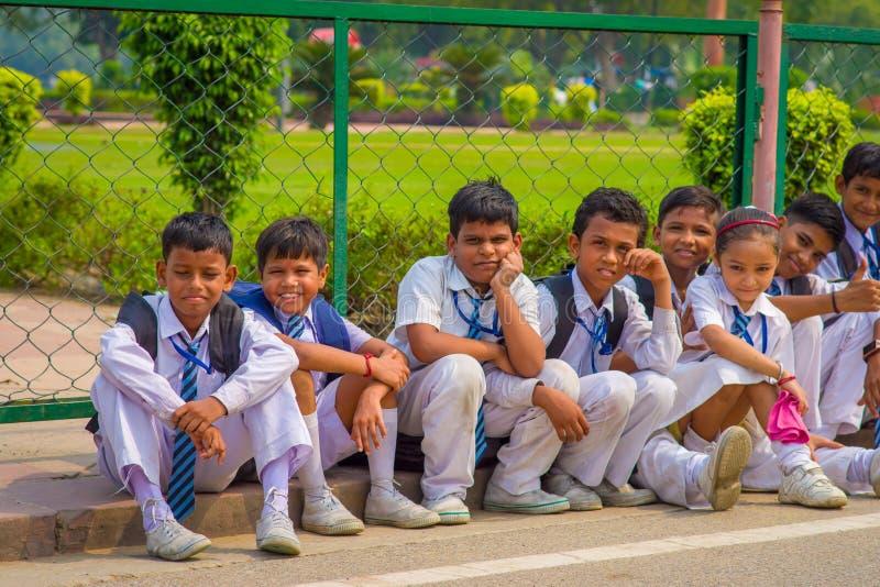Delhi, Indien - 16. September 2017: Nicht identifizierte Gruppe Kinder, die Sport tragen, kleidet und sitzt am Freien in stockfotos