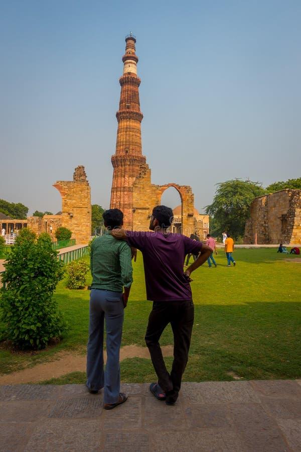 DELHI, INDIEN - 25. SEPTEMBER 2017: Nicht identifizierte homosexuelle Paare, welche die Struktur Qutub Minar, eine von UNESCO-Wel lizenzfreie stockbilder