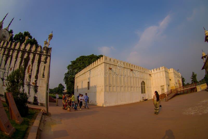 DELHI, INDIEN - 25. SEPTEMBER 2017: Nicht identifizierte Leute, die nahe am Freien des roten Forttempels Agras, Taj Mahal gehen lizenzfreies stockbild