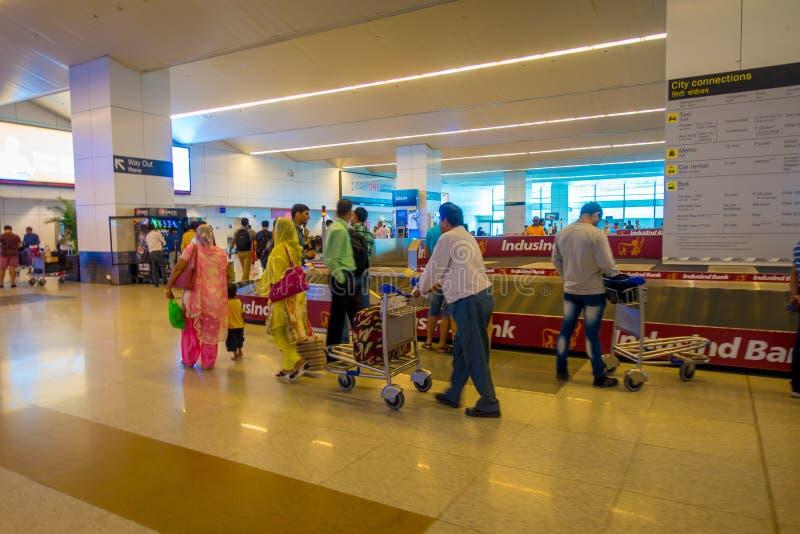 DELHI, INDIEN - 19. SEPTEMBER 2017: Nicht identifiziertes Leutegehen und das Big Band, wo das Gepäck in ankam lizenzfreies stockbild