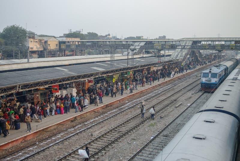Delhi, la India - 10 de enero de 2012: Plataforma apretada del tren en nueva D fotos de archivo libres de regalías