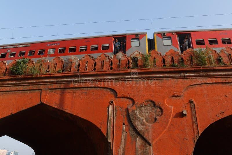 DELHI, LA INDIA - 13 DE MARZO DE 2018: tren en el puente viejo fotografía de archivo