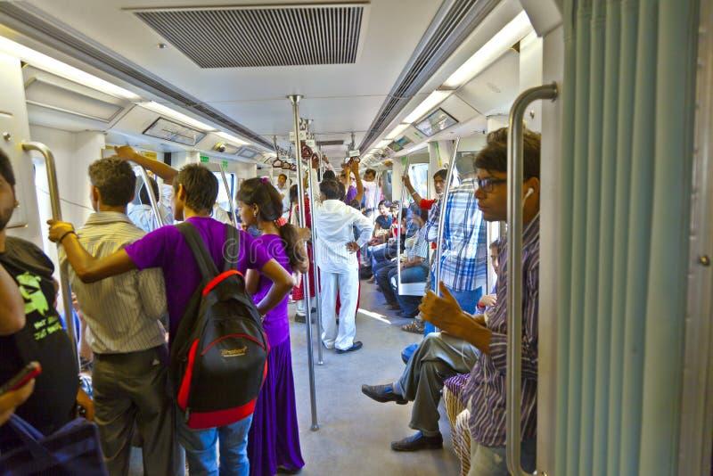 DELHI - NOVEMMER 11: passagerare som stiger av tunnelbanadrevet på Novembe arkivbild