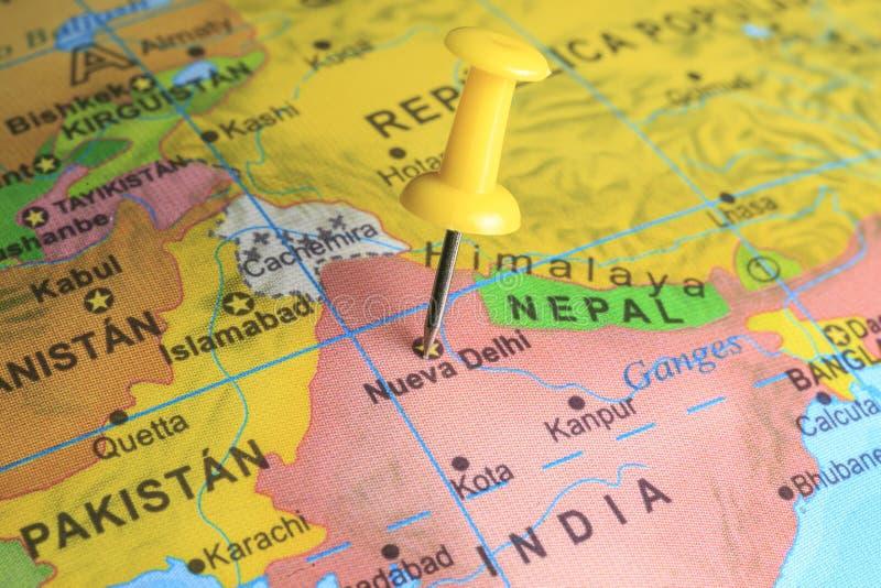 Delhi op een kaart van India wordt gespeld dat royalty-vrije stock foto