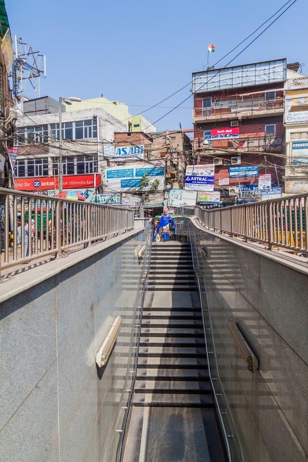 DELI, ÍNDIA - 22 DE OUTUBRO DE 2016: Entrada da estação de metro da feira de Chawri no centro de Deli, Indi imagens de stock royalty free