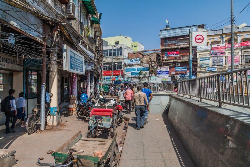 DELI, ÍNDIA - 22 DE OUTUBRO DE 2016: Quadrado da feira de Chawri e estação de metro no centro de Deli, Indi foto de stock royalty free