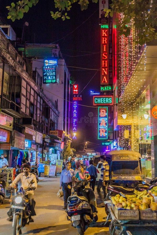 DELI, ÍNDIA - 22 DE OUTUBRO DE 2016: Vista da estrada principal do bazar no distrito de Paharganj de Deli, Indi imagem de stock royalty free