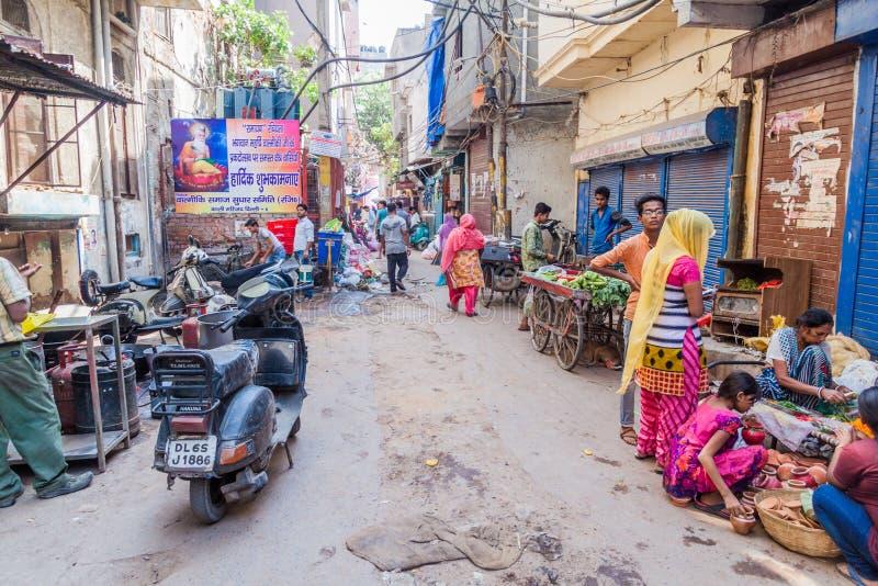 DELI, ÍNDIA - 22 DE OUTUBRO DE 2016: Vista de uma aleia estreita no centro de Deli, Ind imagem de stock