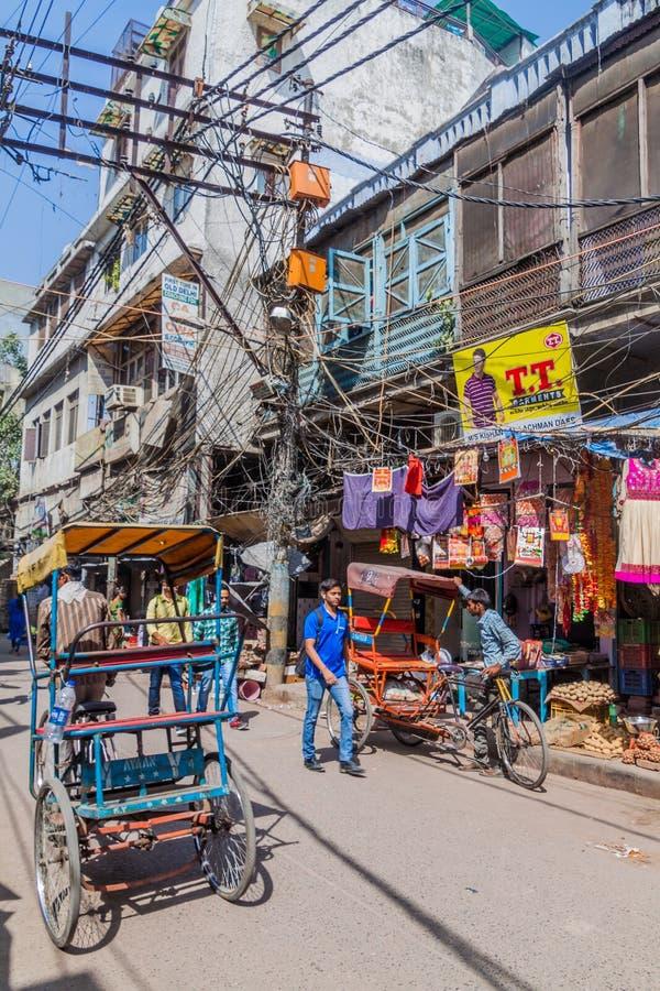 DELI, ÍNDIA - 22 DE OUTUBRO DE 2016: Vista de uma aleia no centro de Deli, Indi fotografia de stock