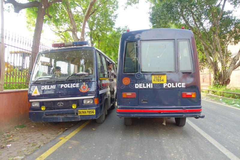 DELI, ÍNDIA - 25 DE SETEMBRO DE 2017: Duas polícias do carro do ônibus que falam na rua em Deli, a capital indiana imagens de stock