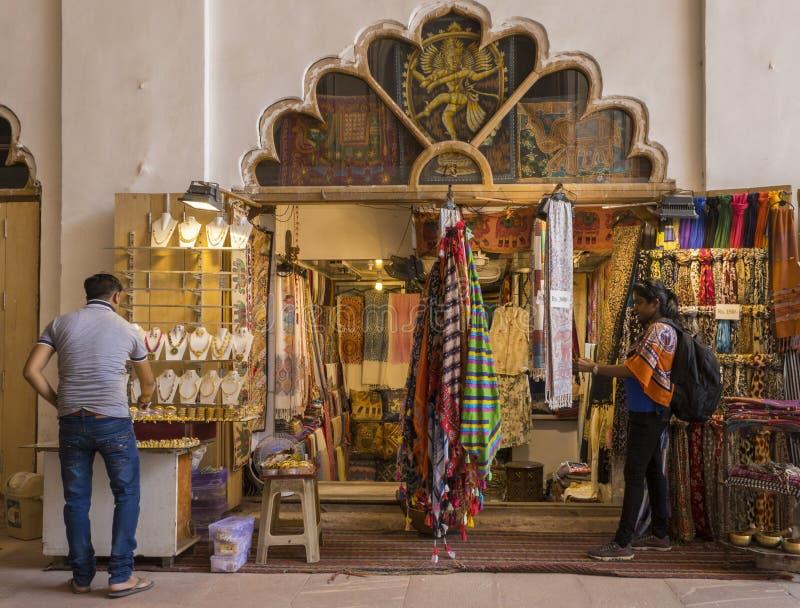Deli velha, forte vermelho, Deli, India-06-07-2019 Compra Backpacking indiana da mulher em uma loja de lembrança que olha para co fotos de stock royalty free