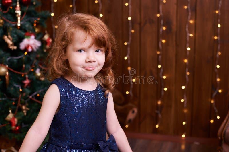 Delia s'est concentré Robe bleue Intérieur de Noël images libres de droits