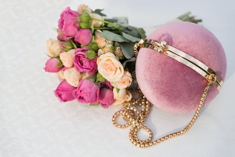 Delicadamente embreagem cor-de-rosa redonda e ramalhete nupcial das rosas brancas e cor-de-rosa em um fundo branco fotografia de stock royalty free