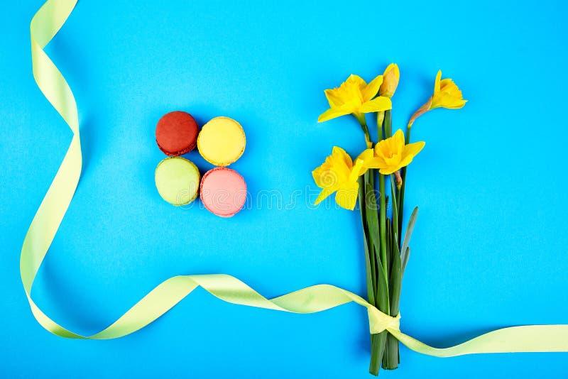 Delicadeza francesa, macarrones coloridos con el flor de la primavera imagenes de archivo