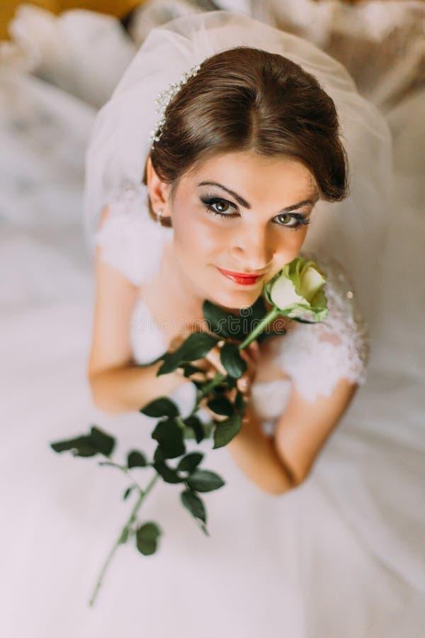 Delicado aumentou nas mãos do vestido de casamento branco vestido moça imagens de stock royalty free