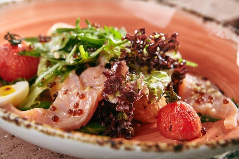 Delicatesse Eigengemaakte Salade met Gerookte Zalm, Rode Kaviaar, Droge CH royalty-vrije stock foto's
