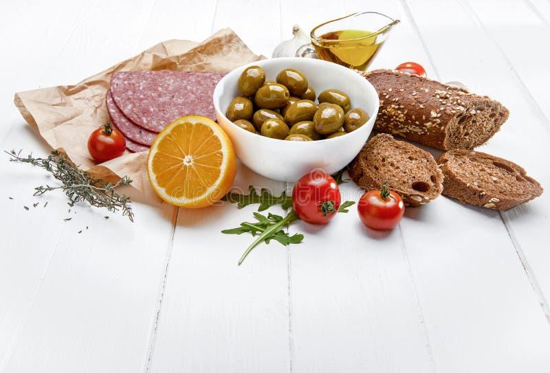 Delicatesse met olijfworst en lunch royalty-vrije stock afbeelding