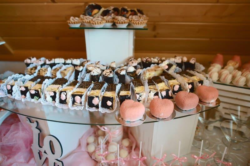 Delicatessen en dessertcakes bij een buffet of een Banket catering Het Concept van de buffetpartij Authentiek Levensstijlbeeld royalty-vrije stock foto's