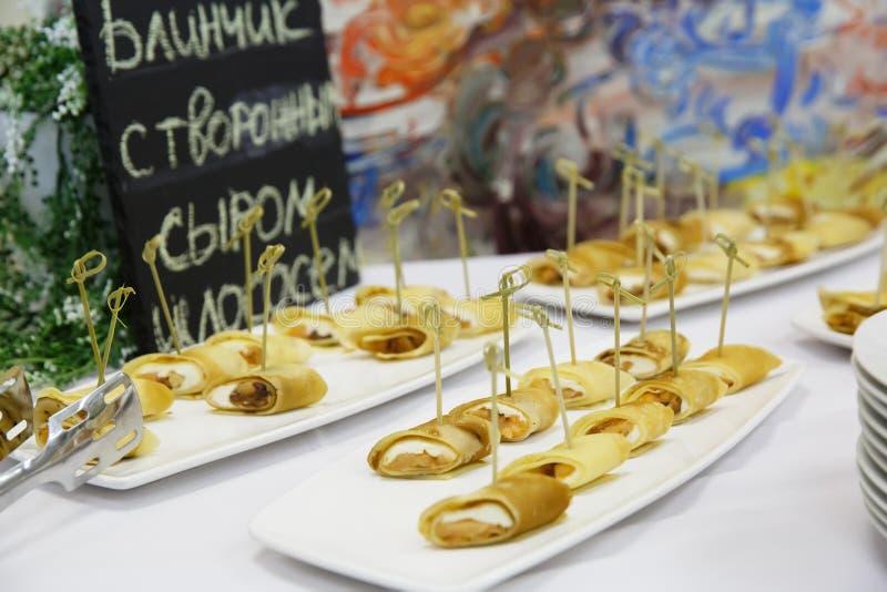 Delicatessen en snacks bij een buffet stock fotografie