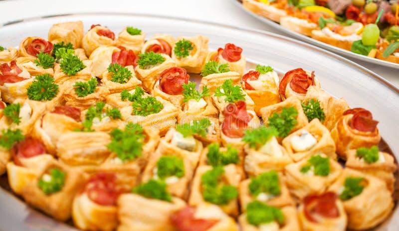 Delicatessen en snacks bij een buffet of een Banket catering royalty-vrije stock afbeeldingen
