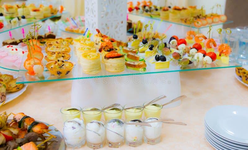 Delicatessen en snacks in het buffet Zeevruchten Een feestontvangst banket royalty-vrije stock fotografie