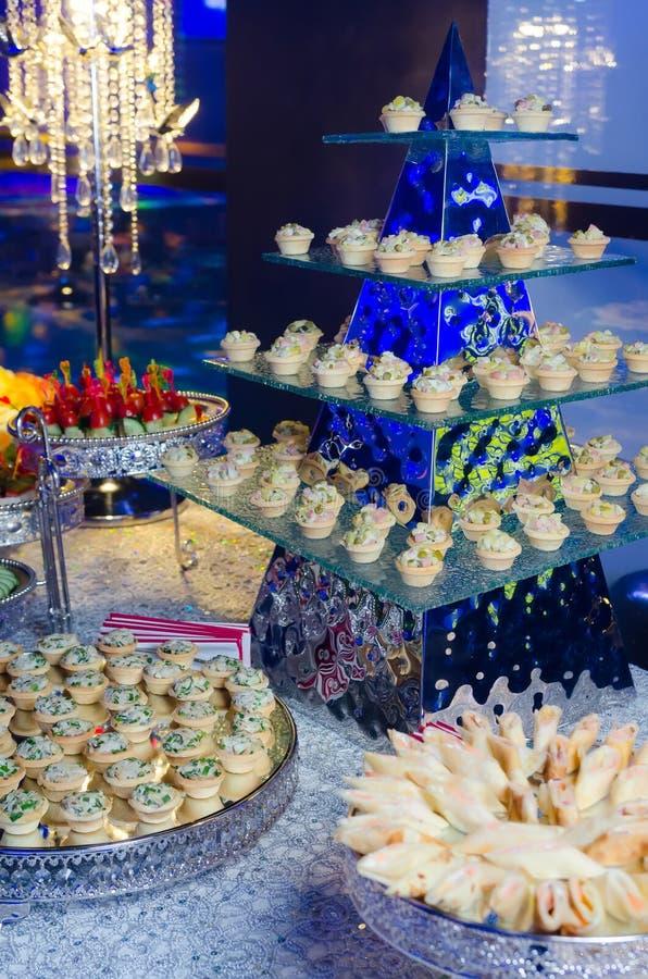 Delicatessen en snacks op de Banketlijst stock foto
