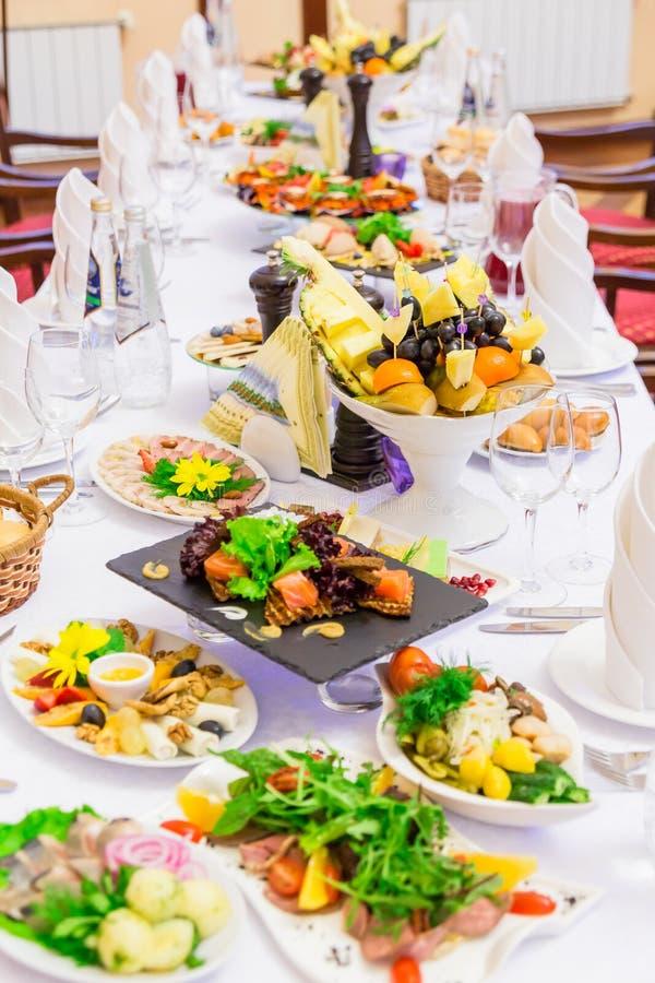 Delicatessen, snacks en fruit op de feestelijke lijst in het restaurant viering catering De lijst van het banket stock fotografie