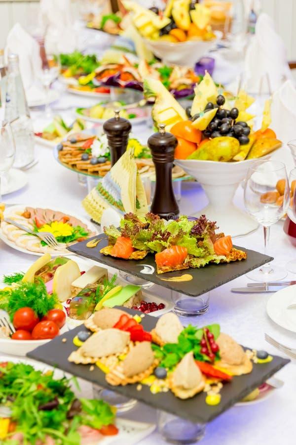 Delicatessen, snacks en fruit op de feestelijke lijst in het restaurant viering catering De lijst van het banket stock foto