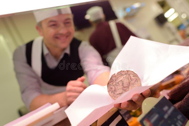 Delicatessenarbeider behandeling onderaan klantenorde royalty-vrije stock afbeeldingen