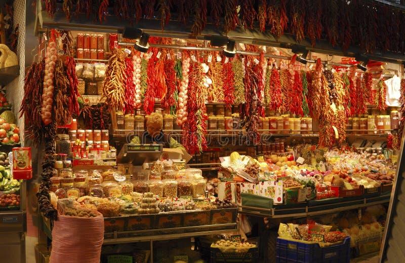 Delicatessenwinkel in markt. Barcelona. Spanje stock afbeelding