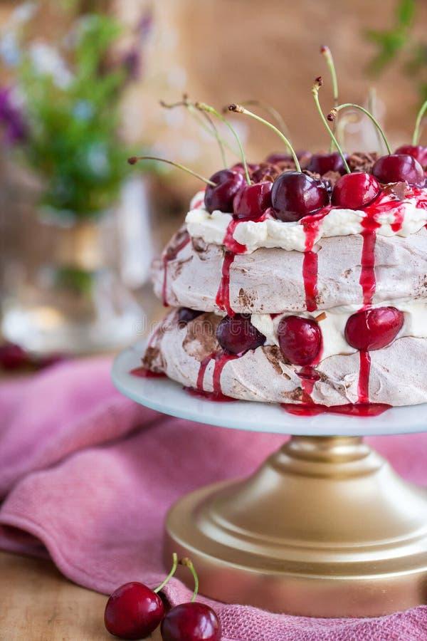 Deliciosa tarta merengue de la Selva Negra Pavlova fotografía de archivo libre de regalías
