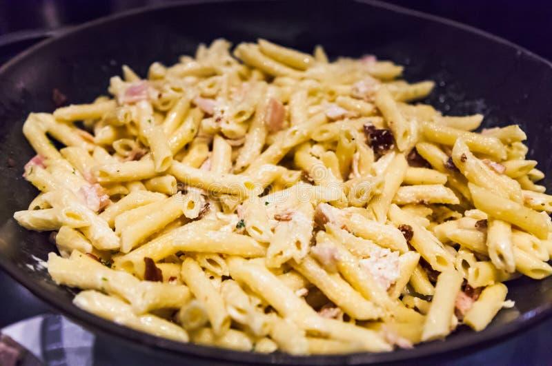 Delicioso molho branco molho branco coração Bacon Garlic Penne Pasta em fritura frigideira Pasta italiana, Gastronomia, Delicacy, fotografia de stock